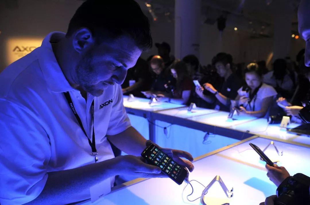 ▲资料图片:2015年7月,在美国纽约,顾客在中兴手机产品发布会上体验智能手机。
