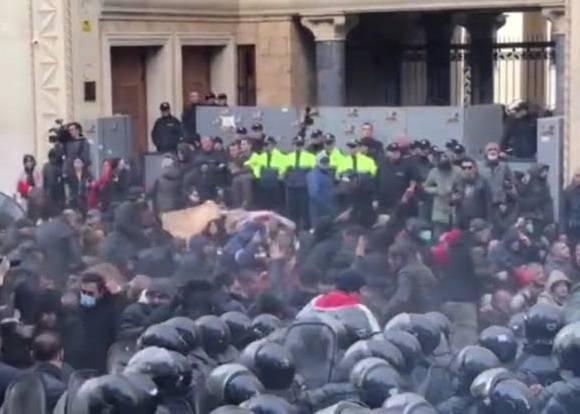格鲁吉亚爆发反政府抗议 2万人围堵议会大楼