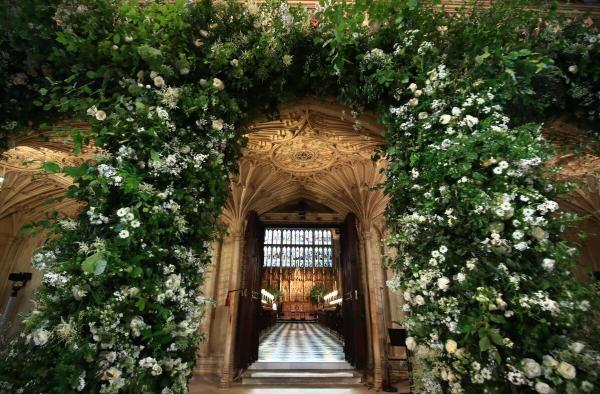 哈里王子与梅根举行婚礼的圣乔治教堂内部曝光,全部由白色花园玫瑰装饰,简约浪漫。东方IC 图