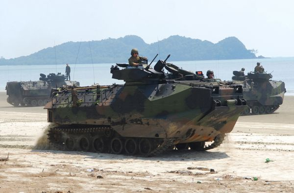 資料圖片:美陸戰隊AAV7兩棲突擊車羣進行兩棲演練。(圖片來源於網絡)
