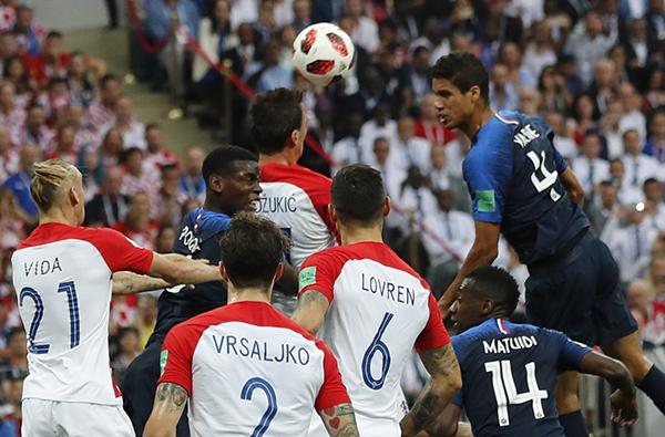 曼朱基奇(上中)决赛打入一粒乌龙球。