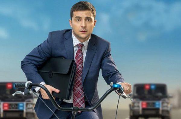 """泽连斯基在乌克兰电视剧""""人民公仆""""中扮演了一名出乎意料成为总统的普通人。(美国《新闻周刊》网站)"""