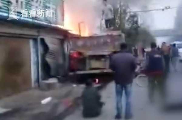 视频|牵引车失控冲进早餐店引发火灾 致2死8伤