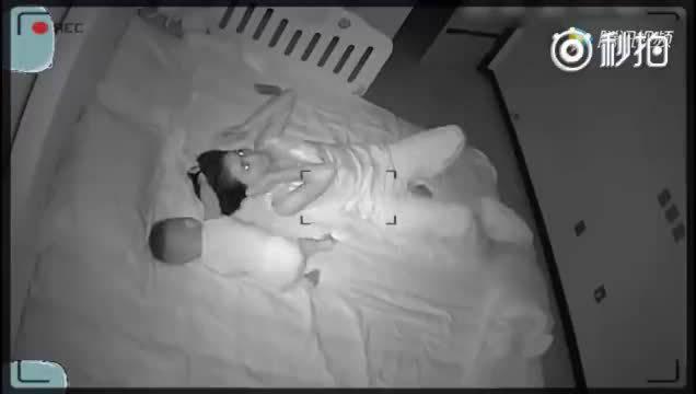 小宝宝晚上睡觉抓着妈妈,监控拍下了这又可气又好笑的一幕