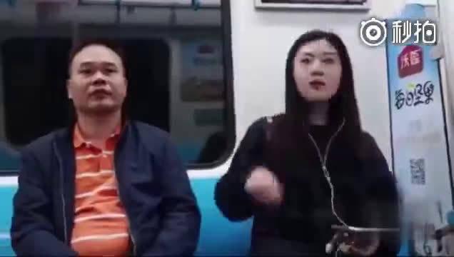 美女在地铁与路人分享耳机,大家的反应简直像初恋!