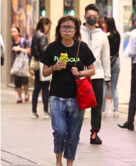 44岁世界级港女素颜逛街,毫无形象可言,拍摄期间烟不离手