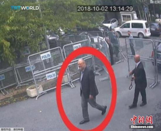 一名男子(右)穿著卡舒吉衣服,假扮成他。