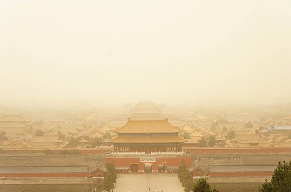 2018年3月28日,北京,沙尘气象之下的故宫。 视觉中国 图