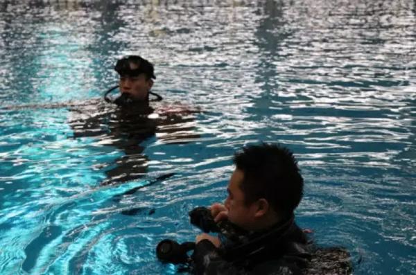 潜水队员训练间隙。 闵�h 摄