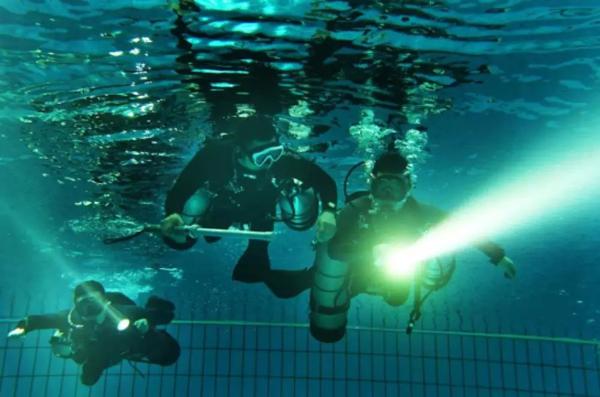 潜水大队队员水中训练。 张岩 摄