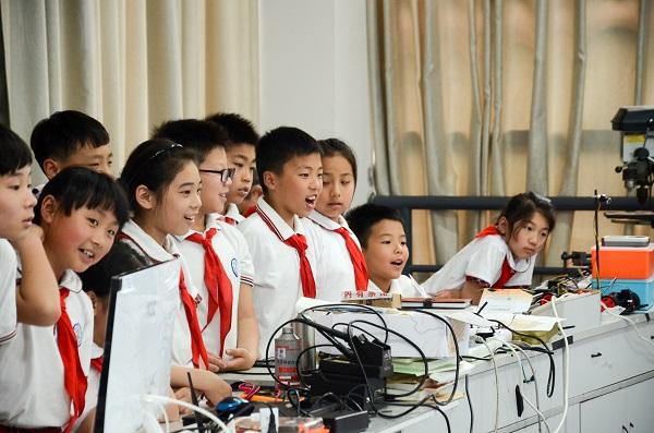 小学生走进大学科创课堂 激发青少年科学兴趣与潜能图片