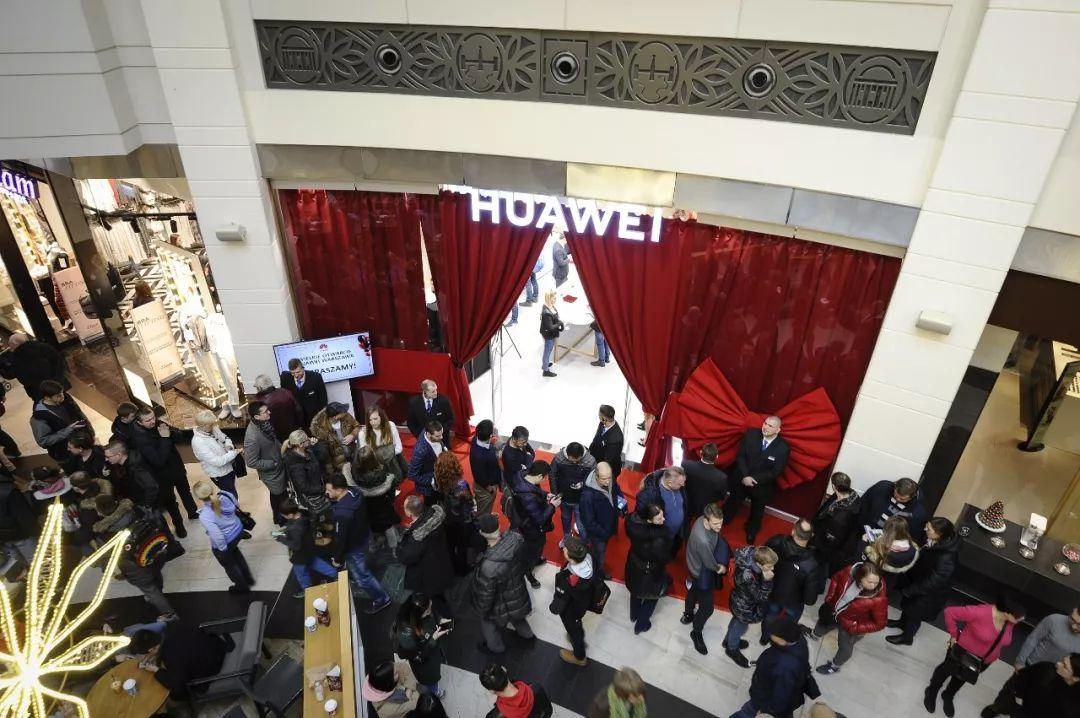 ▲圖爲華爲公司波蘭首家專賣店的開業儀式現場。(新華社)