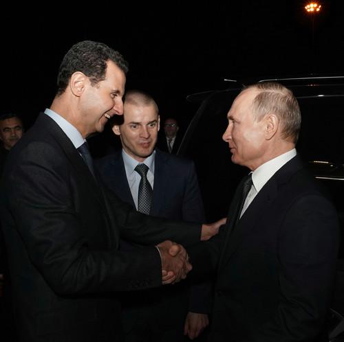 1月7日,在叙利亚首都大马士革,叙利亚总统巴沙尔(左)和俄罗斯总统普京(右)握手。新华社发