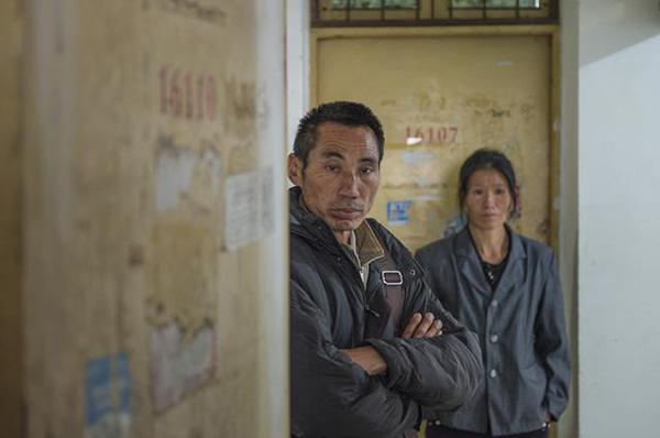 杨高飞父母到达其生前地方宿舍。