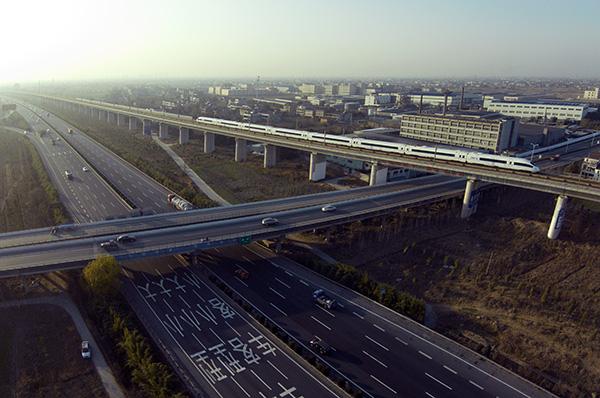 浙江省嘉兴市,沪杭高速与沪杭高铁。视觉中国 资料