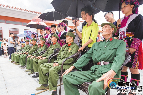 老战士们参加揭牌仪式。