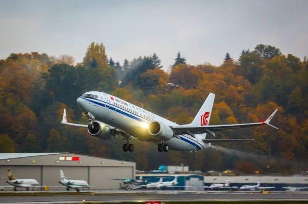 波音公司担忧被贸易争端波及,该公司2017年的收入中有约12.8%来自中国。图为波音交付中国的第一架737MAX8客机。(美国雅虎新闻网站)