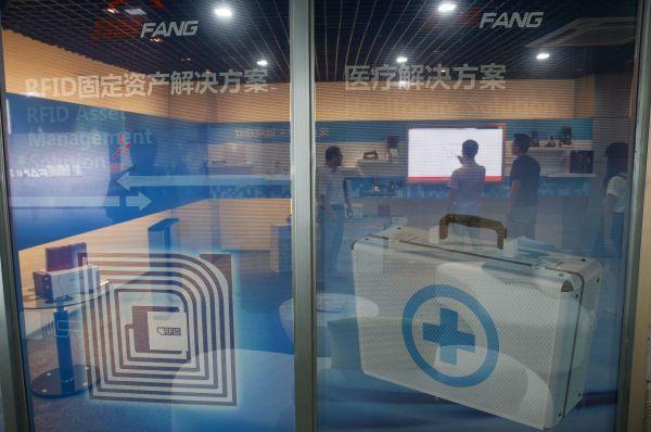 资料图片:上海莘庄工业园内一家高科技企业的技术人员在进行产品研发(2015年7月17日摄)。新华社记者 裴鑫 摄