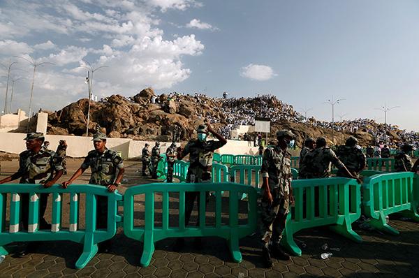 """當地時間2018年8月20日,沙特阿拉伯麥加,前來朝聖的穆斯林聚集在阿拉法特山(又名""""寬恕之山"""")禱告。  視覺中國 圖"""