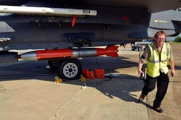 图为美军战机挂载核弹