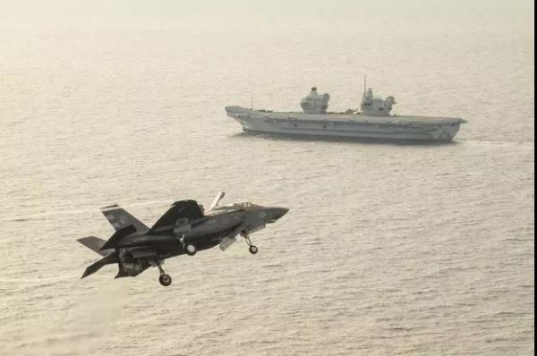 图为好军F-35B战役机取英国航母结合锻炼(好国水师网站)