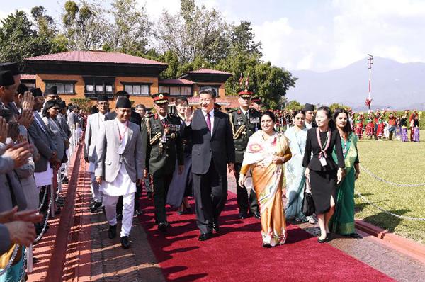 当地时间10月13日中午,国家主席习近平离开加德满都启程回国。尼泊尔总统班达里在机场为习近平举行隆重欢送仪式。尼泊尔副总统普恩、总理奥利、联邦议会联邦院主席蒂米尔西纳、所有内阁成员、军方高级将领参加。新华社记者高洁摄