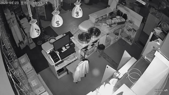 过年防贼!吉林一火锅店深夜被砸窗盗窃