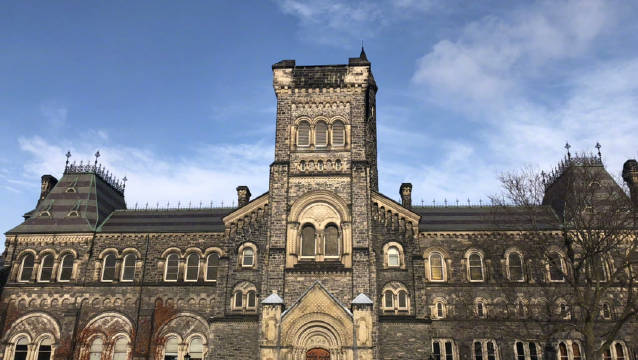 大雪过后的多伦多大学。入镜哈利波特的古堡教学楼