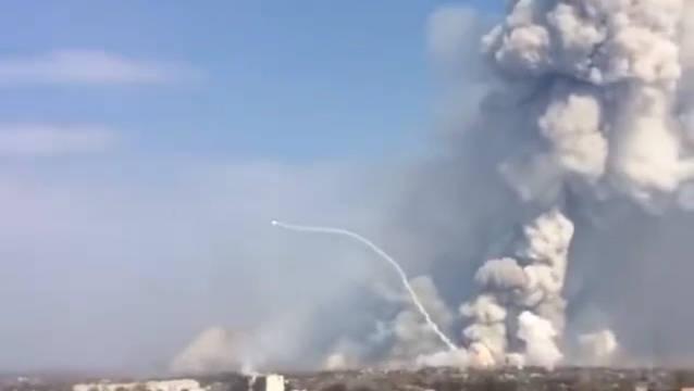 实拍乌克兰弹药库2次爆炸,燃起巨大的浓烟。