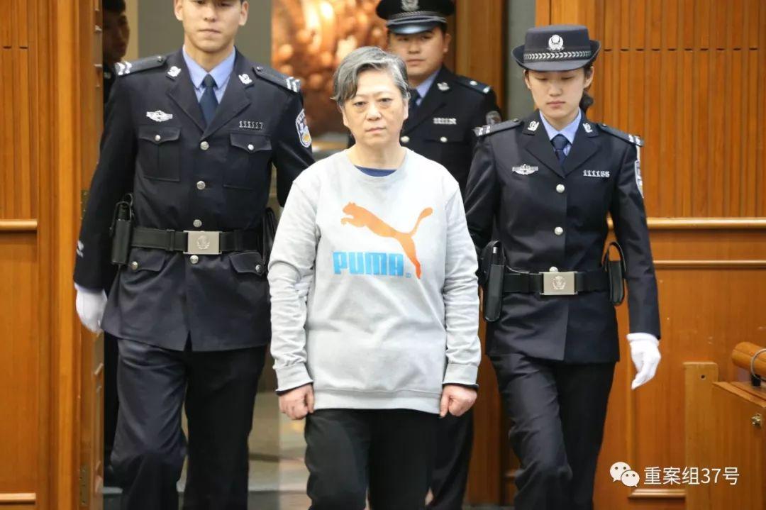 ▲4月3日,逃亡17年后归案的刘梦平在法院受审。法院供图