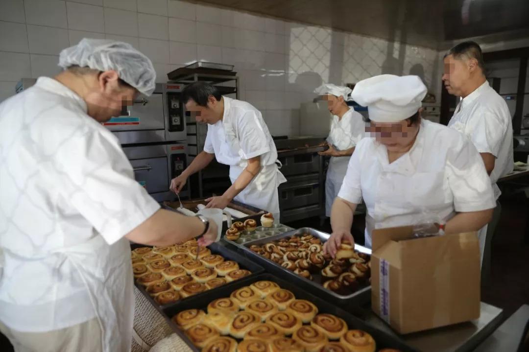 大家在通力合作制作面包。新京报记者 侯少卿 摄