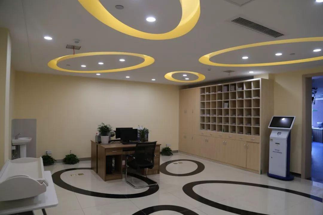 二层为集成中心,行政预防室,妇幼保健接种以及体检办公区.宝兰门诊吊顶灯图片