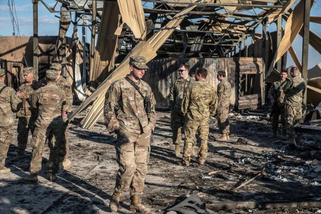 美军士兵来到阿萨德基地遭袭地点,满地都是残骸。
