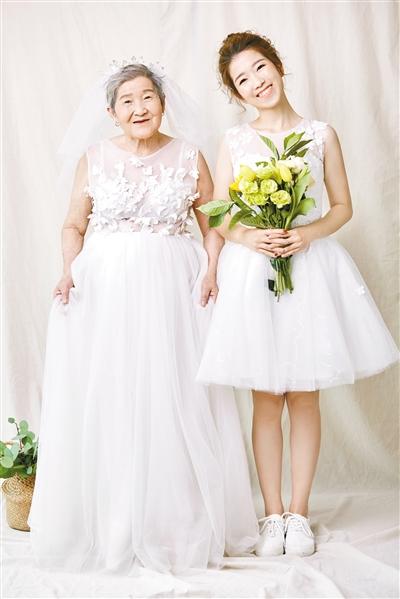 妹子和81岁外婆拍婚纱照 背后原因看哭网友