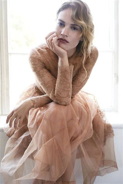 """莉莉·詹姆斯 在""""灰姑娘""""身上看到了自己的人生"""