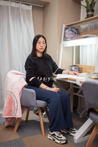 11月21日,刘同学在北京亦庄的一家自习室内。正在备考法律硕士的她每天在这里学习超过10个小时。