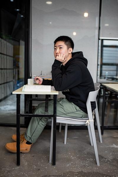 11月22日,袁翊宸在北京中关村的一家付费自习室中学习。从5月开始,他每天乘坐40分钟的公交车来到这家自习室,备考北大金融专业的研究生。