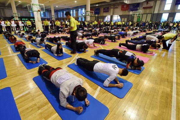 图为一所大学的学生在进行平板支撑比赛。新华社记者张楠摄