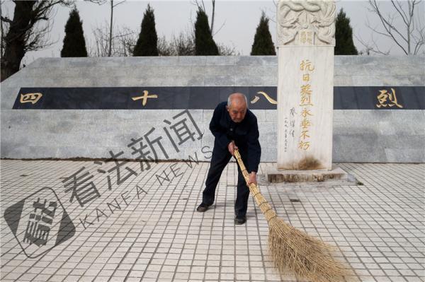 今年清明前夕,88岁的曹颖老人在48烈士墓扫墓。 法制晚报·看法新闻 图