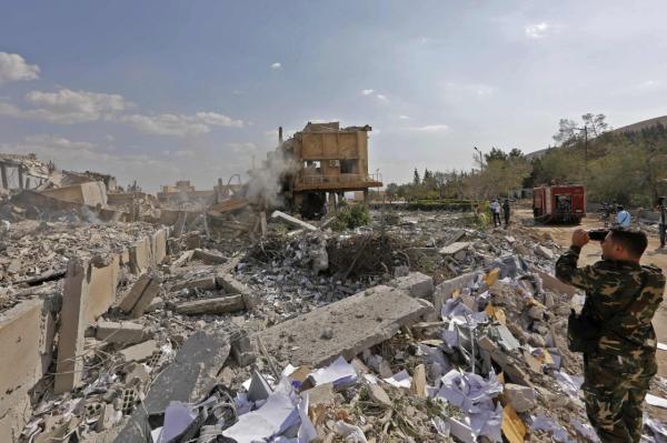 4月14日,在叙利亚大马士革东北部拜尔宰地区的科学研究中心,士兵拍摄被炸毁建筑残骸。