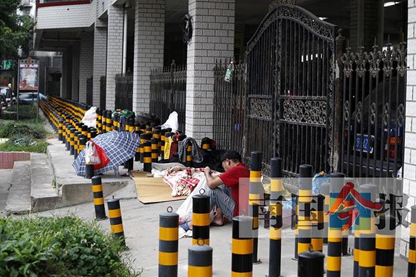 4月10日下午,仍有一名流浪人员在没有设桩的斜坡上铺席子居住。 南国今报 图