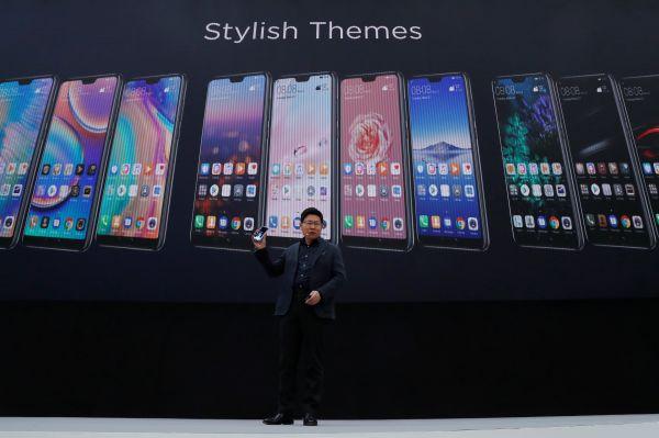 3月27日,华为消费业务CEO余承东在巴黎发布会上介绍华为新款高端智能手机P20系列。(路透社)