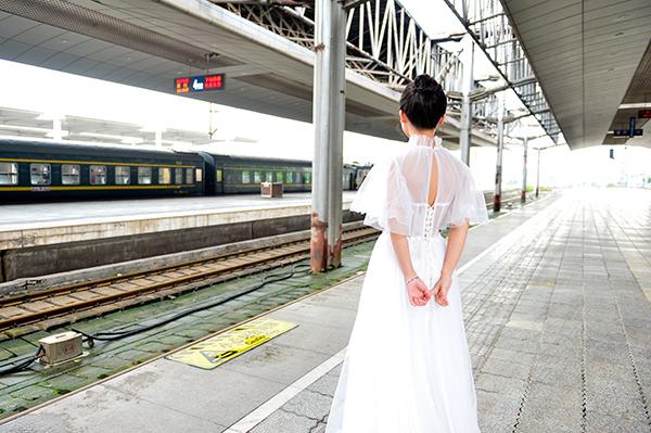 曹洲雯身穿婚纱等待丈夫归来。本文图片均为 彭荣国 唐志勇 图