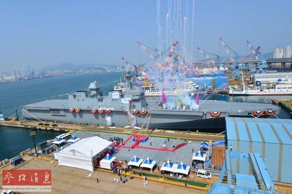 """资料图片:5月14日,韩国海军""""马罗岛""""号两栖攻击舰下水仪式现场。"""