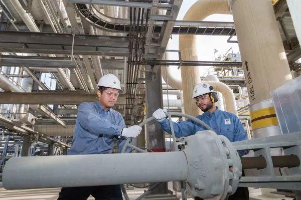 ▲延布炼厂车间里,中国工程师和沙特同事在一同工作。(欧马尔 摄)