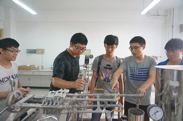 化工原理翻转课堂现场,学生教学生做实验(受访者供图)