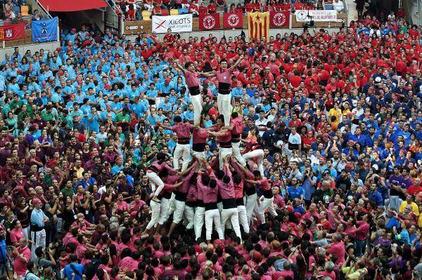 """2016年10月1日,在西班牙加泰罗尼亚地区的塔拉戈纳市,来自中国的人塔队队员们进行""""叠人塔""""比赛。 新华社发"""