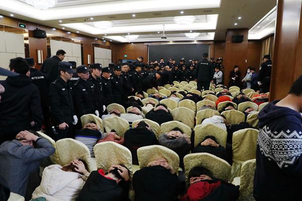 传销组织开大会,警察也参会了,搂草打兔子抓了249人