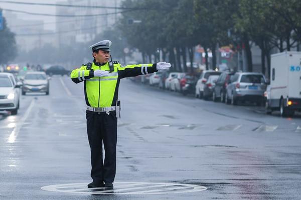"""常州最美警察候选人徐海俊 能让停车位立体起来的""""工匠交警"""""""