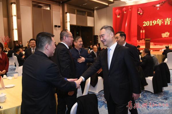 市委书记王清宪与出席茶话会的各界人士亲切握手交流。